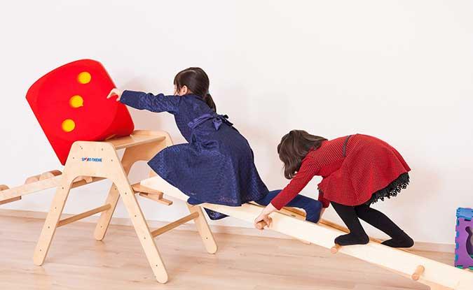 Zwei Kinder bei der Pädiatrie